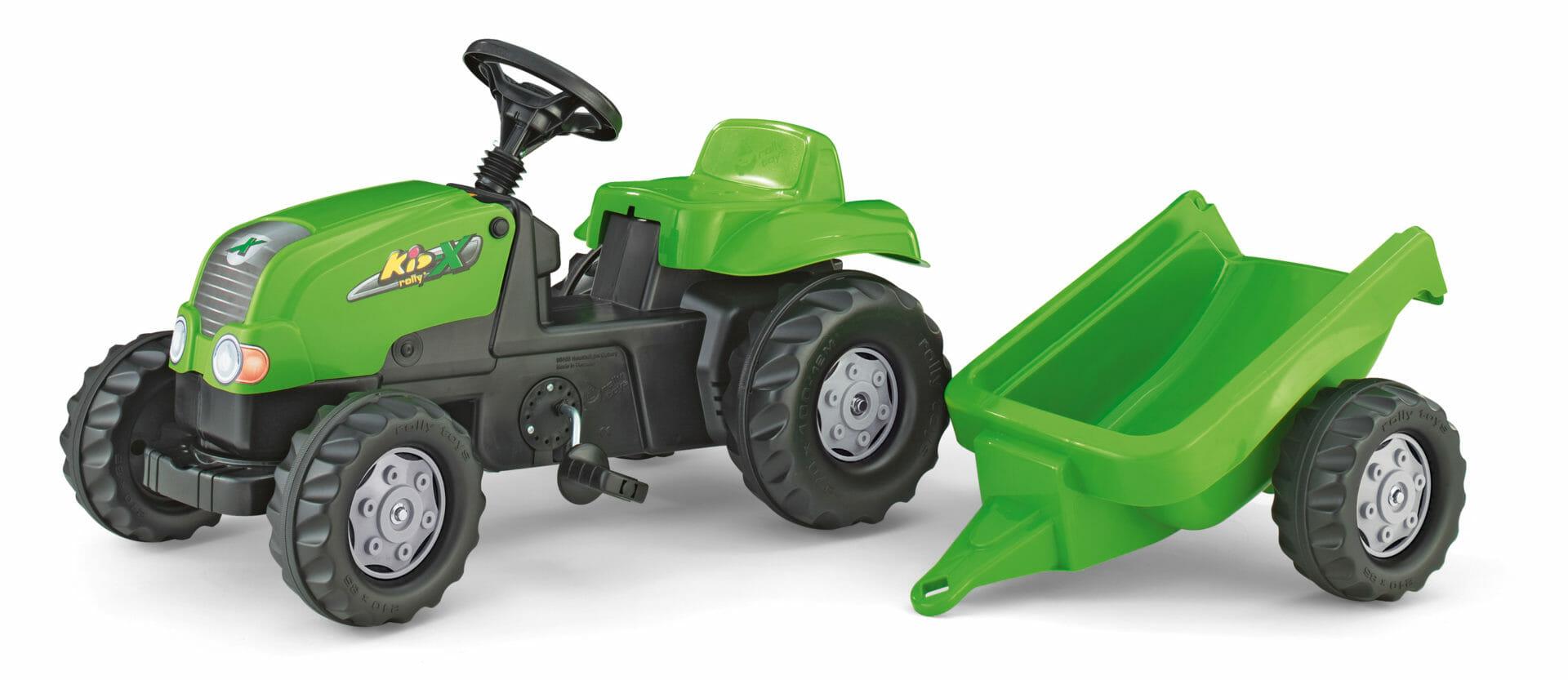 Tractor verde pequeño con remolque