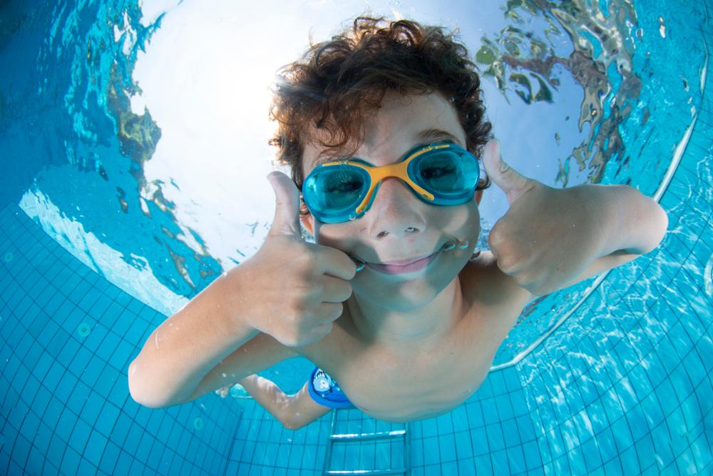 Normas-de-seguridad-para-disfrutar-con-los-niños-en-la-piscina
