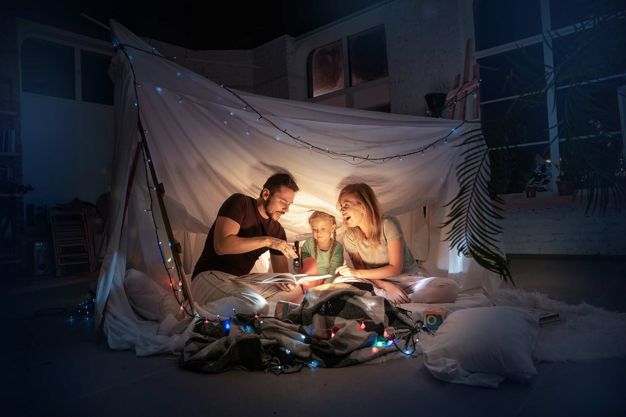 tienda de campaña en casa con la familia y niños