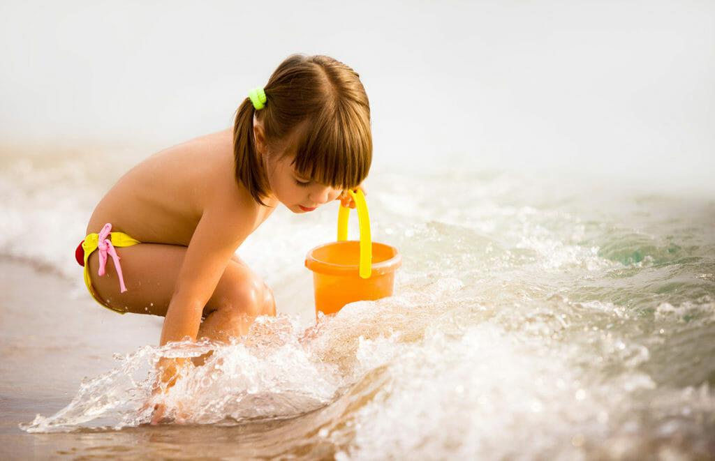 niña-jugando-en-la-playa