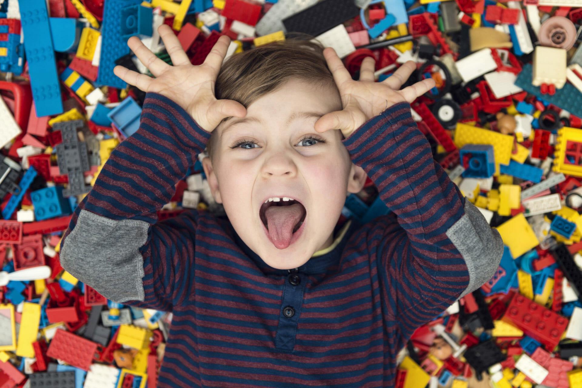 niño jugando con piezas de Lego
