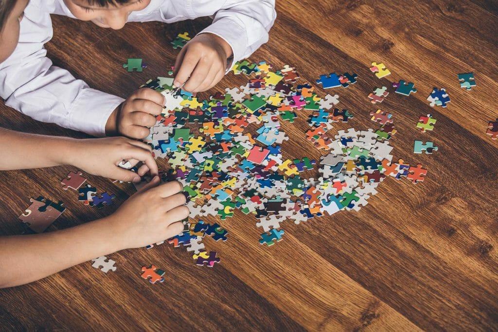 niños-a-punto-para-jugar-con-un-puzle-